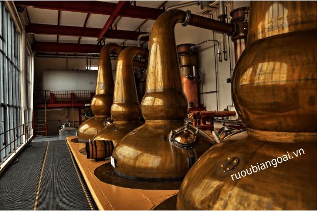 nhà máy chưng cất rượu Ballantines