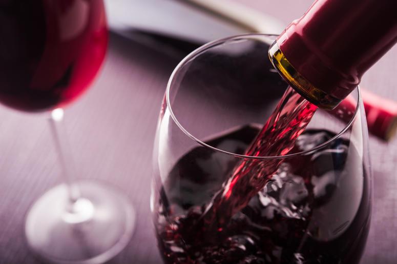Uống rượu vang hàng ngày không còn lo bệnh tim mạch nữa